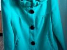 Скачать бесплатно foto  Женское короткое пальто, кашемир, цвет яркий бирюзовый, размер 44, ворот отделан воланом, черные пуговицы на рукавах и на застежке, В отличном состоянии 69829535 в Бийске