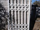 Раздвижная металлическая решётчатая дверь