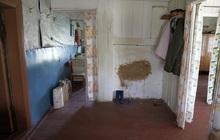 Крепкий бревенчатый дом в жилом селе, на берегу небольшой речки, 260 км от МКАД
