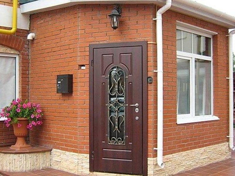 широкая входная дверь в дом