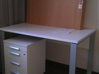 Уникальное фотографию Мебель для детей Совершенно новый письменный стол и тумба выкатная с ящиками белого цвета 33170523 в Москве