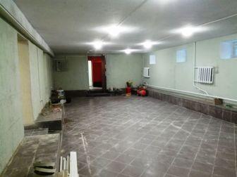 Помещение свободного назначения площадью 214 м2 в подвале жилого дома,  Отдельный вход,  Заглубление 1,5 метра,  Маленькие окна над землёй,  Высота потолков 2,6 в Москве