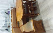 Кухонный уголок: угловой диван, стол и табуретки