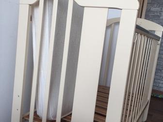 Продаю детскую кроватку с матрацом, три положения спального места по высоте , есть поперечный маятник , который можно заблокировать , на перекладинах силиконовые в Новосибирске