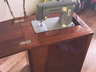 В идеальном состоянии,  Швейная машинка с ножным и электроприводом, Размеры В77/Ш57/Г43см Бесплатно доставлю, в Новосибирске