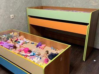 Удобная вместительная детская кровать! У нас 2е ребятишек, поэтому нижние ящики использовали под игрушки! В комплекте 4 матраса, соответсвенно 4 спальных места! в Новосибирске