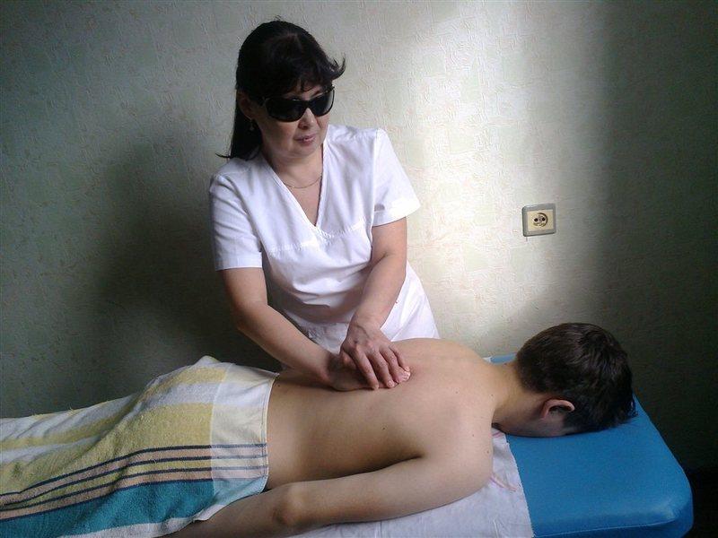 pornovideo-delaet-massazh-sestre